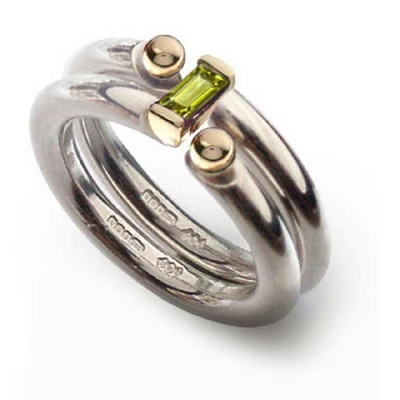 the_i_love_you_shop_celebratethefeeling_interlock_ring_peridot_close_up
